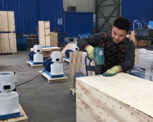 师傅正在打包安装已经生产好的饲料颗粒机设备